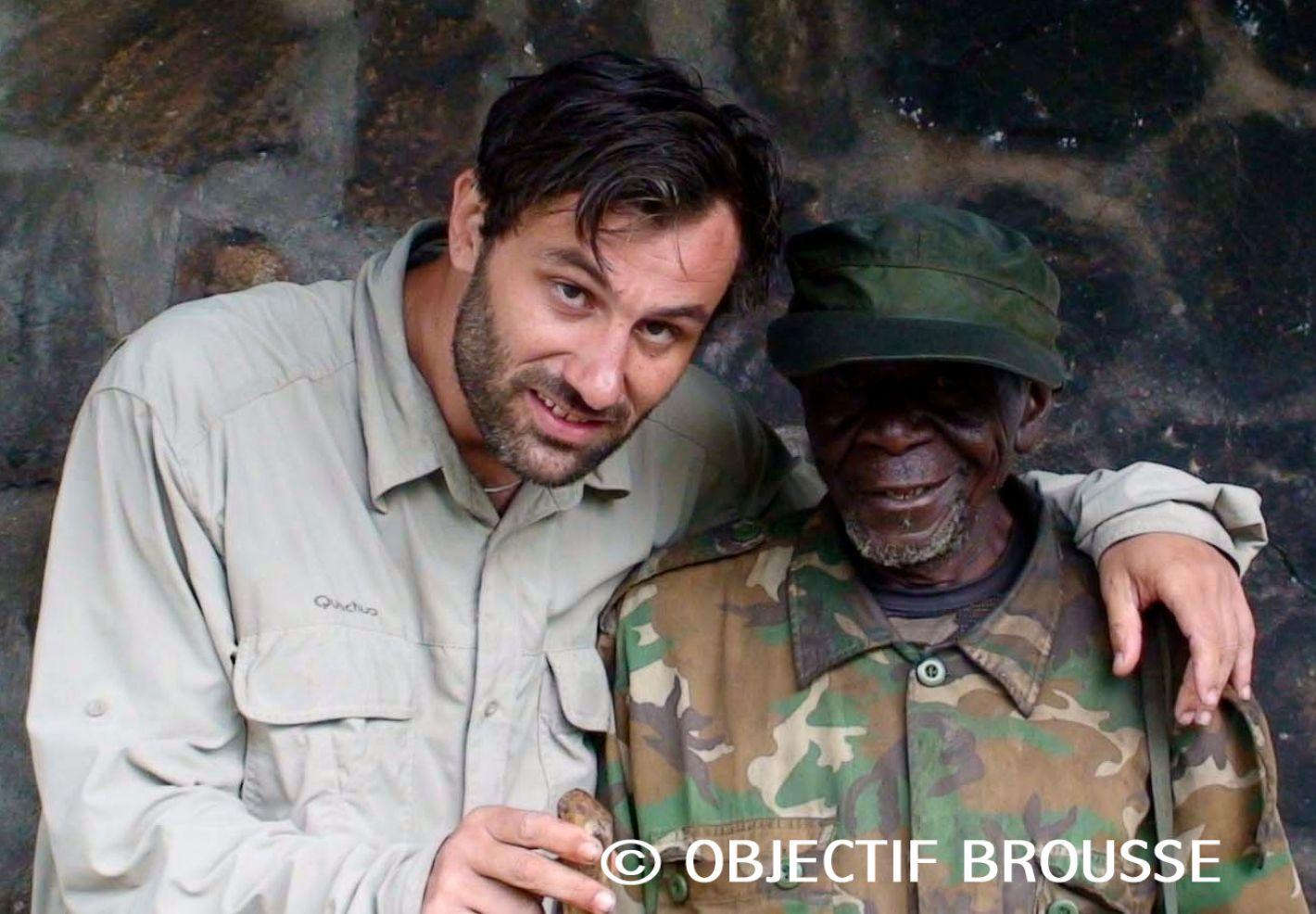 Photo de Xavier Gilibert et Pili Pili, un pygmée qui fut le pisteur de la première personne au monde à faire de l'habituation avec les gorilles à Kahuzi Biega © Objectif Brousse