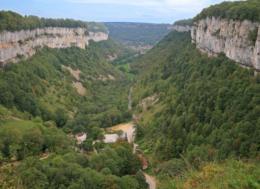 Photo de la Reculée de Baume-les-Messieurs dans le Jura, W- Bulach - Wikimedia Commons - CC BY-SA 4-0